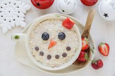 Snowman porridge oatmeal breakfast , Fun Christmas food art for kids. #healthyfood #healthyeating #taste #goodfood