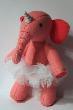 A hand-sewn pink elephant with unicorn and tutu, made of felt with great attention to detail. For Dekoration or for the children to play, its always an eye-catcher. You get 1 Elephant Size / Weight / Dimensions: Big: Height: 17 cm (standing) Width: 5,50 cm (belly) Depth: 10 cm (trunk to