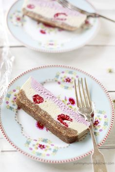 Beautiful slices of raw vegan raspberry cheesecake on a plate. This is such a pretty Valentine's Day dessert! Raw Vegan Cheesecake, Healthy Vegan Desserts, Raw Desserts, Vegan Treats, Delicious Desserts, Raspberry Cheesecake, Vegetarian Food, Healthy Food, Vegan Food