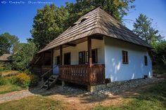 Bucovina: traditional house with wooden porch and roof Cottage Design, House Design, Beautiful Homes, Beautiful Places, Visit Romania, Adobe House, Cabins And Cottages, Country Art, Traditional House