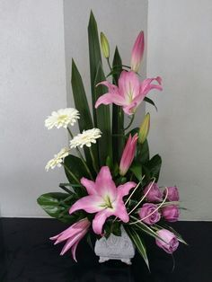 Designing your flower garden may seem like a scary prospect. You don't have to be an artist or a landscaping professional to design a beautiful flower garden! Altar Flowers, Church Flowers, Funeral Flowers, Silk Flowers, Flowers Garden, Contemporary Flower Arrangements, Large Flower Arrangements, Flower Vases, Arte Floral