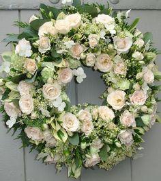 Een prachtige rouwkrans | kijk voor inspiratie voor de uitvaart op www.rememberme.nl #bloemen #flowers #rouwstuk #rouwbloemen #uitvaart #rouw #afscheid #verlies
