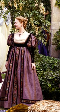 "Lucrezia Borgia (Holliday Grainger) from ""The Borgias"" Italian Renaissance Dress, Mode Renaissance, Renaissance Costume, Medieval Costume, Renaissance Fashion, Renaissance Clothing, Medieval Dress, Elizabethan Dress, 1500s Fashion"