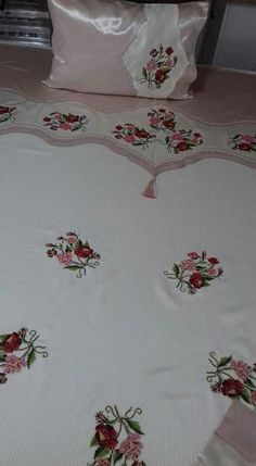 Diy Home Crafts, White Bedding, Chair Covers, Filet Crochet, Bed Sheets, Hand Embroidery, Decoration, Bed Pillows, Projects To Try