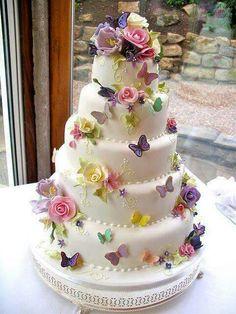 Pastel fondan decorado con flores y mariposas