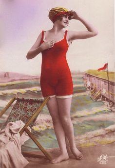 Beautiful 1920s Bathing Beauty. Đến năm 1920 thì đồ bơi đã được thiết kế thon gọn để phù hợp cho việc bơi lội. Đây là năm đánh dấu nhiều sự thay đổi trong thời trang