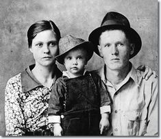 Rock and roll singer Elvis Presley poses for a family portrait with his parents Vernon Presley and Gladys Presley. The family were impoverished Priscilla Presley, Lisa Marie Presley, Elvis Presley Family, Graceland Elvis, Rock And Roll, Janis Joplin, Rare Pictures, Rare Photos, Beatles