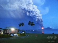 パプアニューギニア東部で、噴煙を上げるタブルブル山(Mount Tavurvur、2014年8月29日撮影)。(c)AFP/Joyce LESSIMANUAJA ▼29Aug2014AFP|パプアニューギニアで火山が噴火、航空機は迂回 http://www.afpbb.com/articles/-/3024489 #Mount_Tavurvur