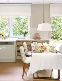 Office dentro de la cocina con mantelería, sillas de fibra, lámpara de techo de tela y espacio de almacenaje con cestas