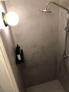 Se, hvordan Pernille forvandlede sit slidte badeværelse med linoleum til et cool velværerum - på budget   Boligmagasinet.dk Home Interior, Modern Interior, Interior Design, Copper Bathroom, World Of Interiors, Bathroom Layout, Bathroom Ideas, Shower Ideas, Room Tour
