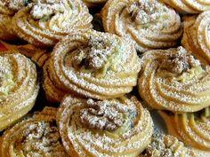 Walnuss – Plätzchen Walnuts – Cookies Ingredients 200 g butter or margarine, soft 50 g honey 80 g powdered sugar 1 tbsp vanillin sugar 2 egg yolks 300 g flour 2 tbsp walnuts, ground n. walnuts (about 50 halves) Powdered sugar for dusting