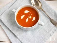 paprikasoep met geroosterde paprika's. Rooster heel veel paprika's. Maak van een gedeelte deze heerlijke soep en doe de rest van de paprika's in een pot om door een salade, pasta of op brood te eten.