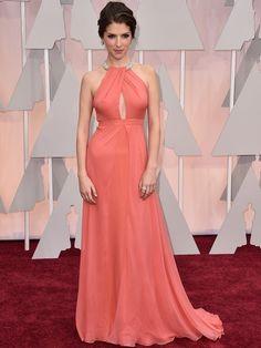 Anna Kendrick se ha decidido por un vestido en color rosa frambuesa de Thakoon