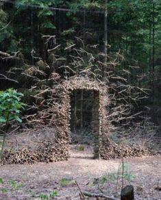 Die in Wuppertal geborene Künstlerin Cornelia Konrads ist weltweit bekannt für ihre landschaftsgebundenen Installationen. In öffentlichen Anlagen, Parks oder Gärten erschafft die Künstlerin einmalige Objekte, die der Schwerkraft zu trotzen scheinen. #kunst #gruenekunst #nachhaltigekunst #landart #naturkunst