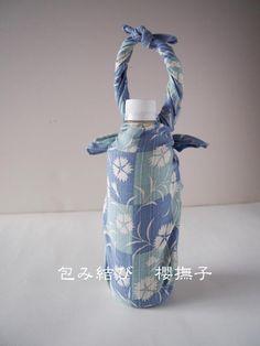 初心者でも簡単にできる、手ぬぐい・風呂敷を使ったペットボトルの包み方手順を解説。着物や浴衣のカゴバッグに入れるとおしゃれ! Furoshiki Wrapping, Gift Wrapping, Japanese Wrapping, Origami And Kirigami, Japan Fashion, Japanese Art, Fun Crafts, Upcycle, Wraps