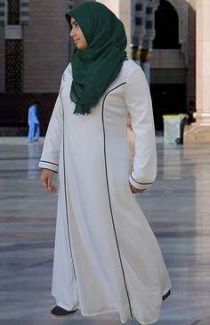 Image abayas hajj hosted in Life Trends 1 White Abaya, Black Abaya, Pashmina Hijab Tutorial, Islamic Clothing, Long Maxi Skirts, Princess Seam, Modest Outfits, Hijab Fashion, Daily Wear