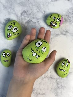 Easy painting Videos - Easy Zombie Halloween Painted Rocks For Kids.Make these easy zombie Halloween painted rocks for kids this Halloween season. It's the perfect Halloween craft for the whole family!Art video lessons let your child learn how to do craft Rock Painting Ideas Easy, Rock Painting Designs, Rock Painting Ideas For Kids, Stone Crafts, Rock Crafts, Halloween Rocks, Halloween Season, Easy Halloween, Family Halloween