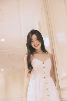 Image may contain: one or more people, people standing and indoor Beautiful Chinese Girl, Beautiful Asian Women, Fb Girls, Ulzzang Korean Girl, Face Shape Hairstyles, Stylish Girls Photos, Fashion Cover, Mocca, Aesthetic Girl