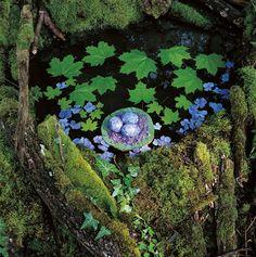 Nils-Udo, Etang noir, Feuilles dérable, oeuf de canard sauvage, fleurs dhortensia, feuilles diris, vallery, France, 2000, courtesy galerie Claire Gastaud