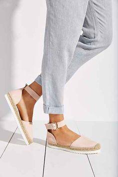 Der heißeste Frühlingstrend? Sandalen mit weißer Profilsohle natürlich! #shoes #trend #sporty