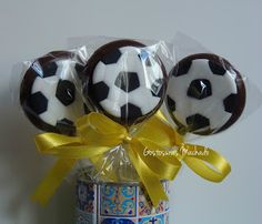 Gostosuras Machado:  Pirulito de chocolate Tema de Futebol Lembrancinha comestível Bolo Do Barcelona, Football Cookies, Candy Bags, Soccer Ball, Cookie Decorating, Birthdays, Soccer Party Favors, Football Birthday Cake, Soccer Birthday Parties