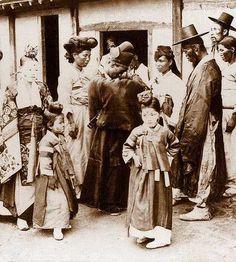 18-19세기 조선의 모습 Okinawa, Photos Du, Old Photos, Vintage Photographs, Vintage Photos, Time In Korea, South Korean Women, Korean Peninsula, Korean People