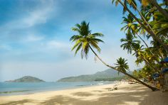 Starting from international proclaimed sea beach destinations to inter-continental cuisine and a blend of lavish life style, explore Goa with your holidays