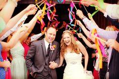 Palitos con listones para la salida de la novios en la ceremonia de la boda #bodas #ElblogdeMaríaJosé #salidanovios #ceremoniaboda #ideasbodas