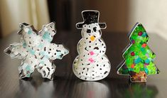 Minikler kurabiye kalıplarını boncuklarla doldursun siz fırınlayın. Muhteşem yeni yıl süsleri hazır hem de miniklerin elinden!