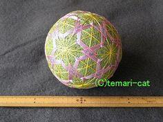 最近作られる多くのてまりが、スチロールボールの土台になってしまいました。私のてまりは昔ながらに土台の芯に籾殻を使い毛糸や、ミシン糸で形を整えて糸を巻いたりステ...|ハンドメイド、手作り、手仕事品の通販・販売・購入ならCreema。