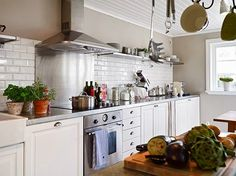 Кухня в цветах: серый, светло-серый, белый, темно-зеленый, коричневый. Кухня в стиле скандинавский стиль.