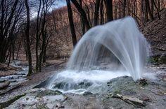Vöröskő-alsó-forrás A Bükki gejzírek nyomában ... A Bükk mészkőfennsíkjának déli pereme alatt, 450-500 méteres tengerszint feletti magasságban négy időszakos karsztforrás is ered (az Imó-kői, Fekete-leni, Vöröskői-alsó és felső forrás), melyek a Bükki Nemzeti Park területének legérdekesebb jelenségei közé tartoznak, és mint ilyenek, kiemelkedő jelentőségű természetvédelmi értékek is, ezek talán legismertebb tagja a Vöröskői-alsó- forrás. Wonderful Places, Beautiful Places, Heart Of Europe, Nature Water, Budapest Hungary, Far Away, The Good Place, Greece, Waterfall