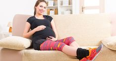 Le corps de la femme enceinte contient beaucoup plus d'eau, et plusieurs souffrent de rétention d'eau durant leur grossesse. Voici quelques trucs pour éviter ou réduire l'enflure qui y est associée. Voici, Capri Pants, Fashion, First Baby, Female Bodies, Pregnant Wife, Pregnancy, Stuff Stuff, Moda