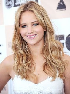 Jennifer Lawrence with blonde, beachy waves, a subtle smoky eye and pink lipstick at the 2011 Film Independent Spirit Awards in Santa Monica | allure.com