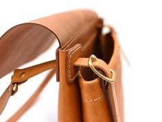 革の素材感を存分に楽しめるシンプルなデザインが特徴のショルダーバッグ。柔らかくて使いやすいソフトレザータイプで2サイズ展開の革鞄。
