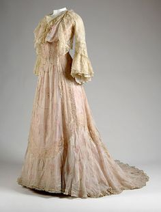 Vintage Fashion: Pink and floral chiffon tea gown with a lace bolero. Designer, House of Worth. 1900s Fashion, Edwardian Fashion, Vintage Fashion, Gothic Fashion, House Of Worth, Retro Mode, Vintage Mode, Vintage Outfits, Vintage Gowns