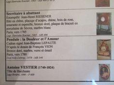 Musée Carnavalet, Paris IV.- Salle 51, boudoir Louis XVI.-5) SALLE 51 LAMBRIS DU BOUDOIR DE L'HÔTEL DE BRETEUIL:... à l'alcôve, ici tendue d'une soierie Lois XVI à fonds moirés et décor de guirlandes de fleurs. La délicatesse des petits panneaux formant dessus de porte rappelle les motifs de vases ou camées antiques, source d'inspiration des ornemanistes de l'époque. La restauration de cette pièce a permis de lui restituer ses coloris d'origine qui jouent habilement de tons gris et bleu…