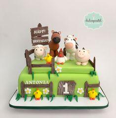Torta de Granja en Medellín, Colombia, por Dulcepastel.com🐔🐴🐷🐮🐥 #farmcake #farm #tractor #tortadegranja #granja #animales #tortasmedellin #tortaspersonalizadas #tortastematicas #cupcakesmedellin #tortasartisticas #tortasporencargo #tortasenvigado #reposteriamedellin #reposteriaenvigado Gilberto Granados #granadosarte #gilbertogranados 1 Year Old Birthday Cake, Tractor Birthday Cakes, Animal Birthday Cakes, 2nd Birthday Party Themes, Farm Animal Birthday, Cake Designs For Kids, Farm Animal Cakes, Farm Cake, Fun Cupcakes
