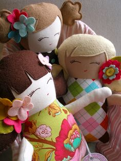 There's no tutorial for these handmade dolls, but I'm inspired to take on the challenge - so cute!!