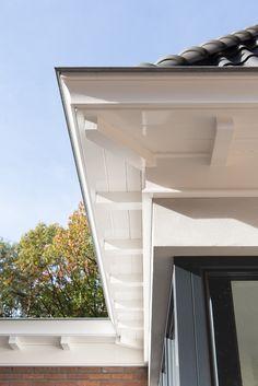 Detail dakrand uitbouw jaren 30 woning A&R10 architecten Sliding Doors, Garage Doors, Bungalow, Facade, Beach House, Home Improvement, New Homes, Exterior, Patio