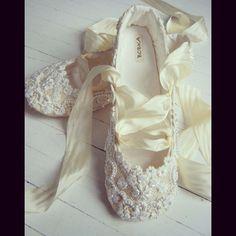 """128 Likes, 5 Comments - Çağteks (@cagteksgelinlik) on Instagram: """"www.cagteks.com #bridal #love #cagteks #gelinlik #cute #shoes"""""""