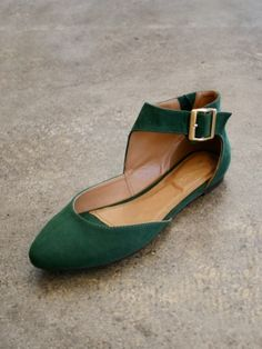 Forest green ballet flats with ankle strap. Pretty Shoes, Cute Shoes, Me Too Shoes, Keds, Jordan Shoes, Green Flats, Emerald Green Shoes, Ankle Strap Flats, Mode Outfits