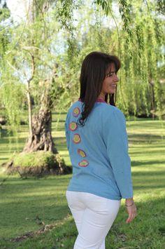 Saco realizado en lienzo que ata con nudo y aplique de flores de gasa en la espalda, creado por Silvana gloria tejidos