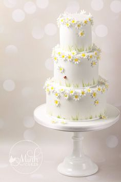 Daisies and ladybird cake by Xuân-Minh Minh Cakes Daisy Wedding Cakes, Daisy Cakes, Beautiful Wedding Cakes, Beautiful Cakes, Amazing Cakes, Cute Cakes, Pretty Cakes, Ladybird Cake, Daisy Party
