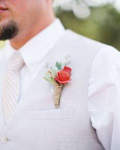 Que linda e delicada essa lapela. Noivinhos não se esqueçam desse detalhe que faz toda a diferença ein? #ceub #casaréumbarato #casamento #wedding #instawedding #noivo #groom #lapela