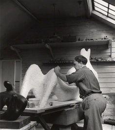 Henry Moore (1898-1986) was een Engelse beeldhouwer. Henry Moore is bij het grote publiek met name bekend door zijn grote abstracte bronzen en marmeren sculpturen. Hij speelde een belangrijke rol bij het introduceren van een nieuwe vorm van modernisme in het Verenigd Koninkrijk. Zijn figuren zijn meestal abstracties van het menselijk lichaam.