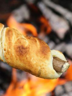 Stockbrot Grillen ist ein riesen Spaß! Das Suchen des Stockes, das Zubereiten des Teiges und das Backen des Brot: Groß und Klein genießen das gemütliche Ritual.