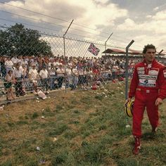 Ayrton Senna voltando para os boxes apos abandonar o GP da Inglaterra de 1989.  Ayrton Senna on his way back to the pits after he was forced to retire from the 1989 British GP.  #ayrtonsenna #senna #thebest #racing #simplythebest #f1 #formula1 #silverstone #1989