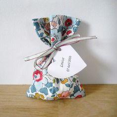 Sachet à dragées - sur commande - baptême - mariage - tissu liberty betsy porcelaine - pochon - ballotin - entièrement personnalisable - ruban