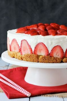 You won't be able to wait to make this Strawberry Shortcake Cheesecake. It's a delicious dessert that is sure to become a regular on your menu. Picture Source 'Life Love and Sugar'. Strawberry Shortcake Cheesecake Recipe via … Pavlova, Pizza Fruit, Cheesecakes, Strawberry Shortcake Cheesecake, Blueberry Cheesecake, Blueberry Cupcakes, Vanilla Cupcakes, Vanilla Cake, Dessert Original